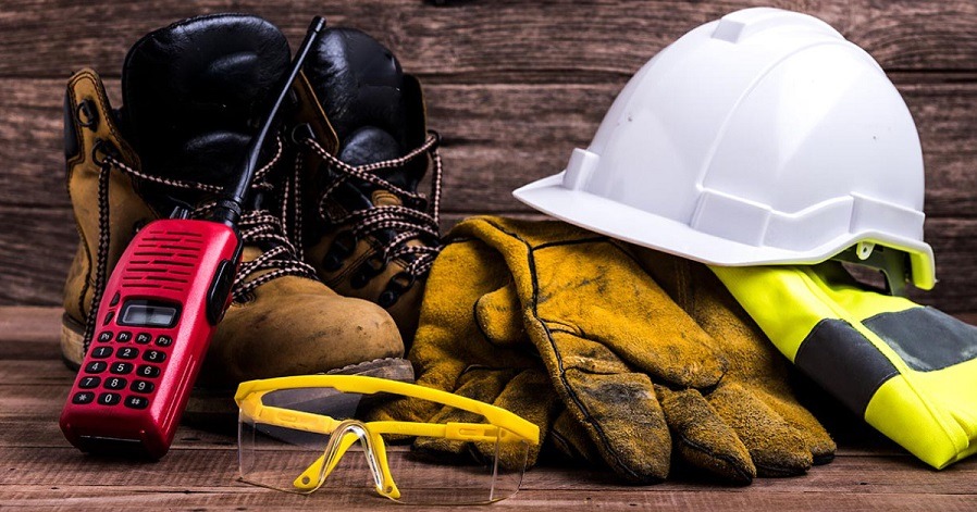 Tra le norme previste da Six Lands in merito alla sicurezza sul lavoro troviamo: corsi di formazione professionale specifici per addetti alla pulizia, aggiornamenti periodici al DVR, schede di sicurezza in caso di errato contatto coi prodotti, indumenti di protezione