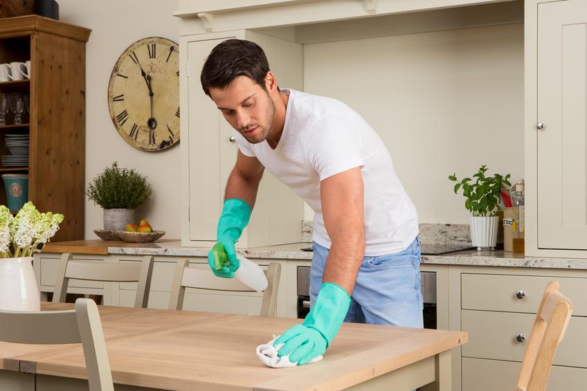 La frequenza della pulizia dei tavoli e di altri superfici dalla polvere varia a seconda delle stagioni.