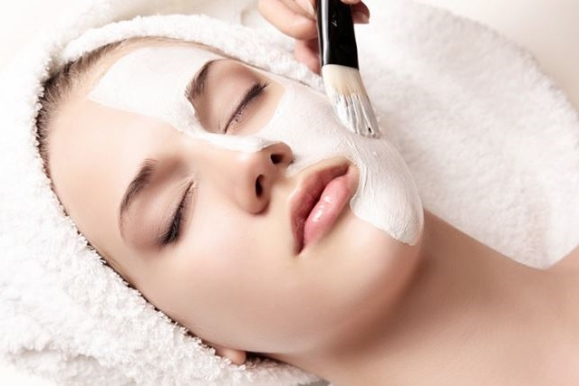 In questo tipo di pulizia del viso profonda, vengono solitamente utilizzate lozioni equilibranti e rigeneranti.