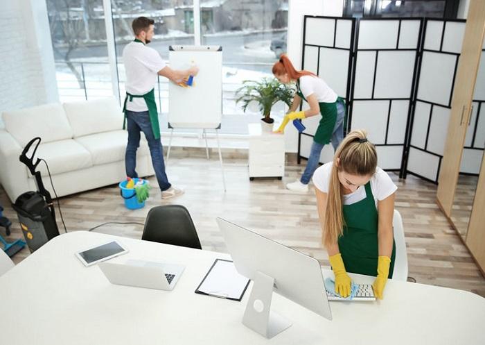 Donna delle pulizie ufficio