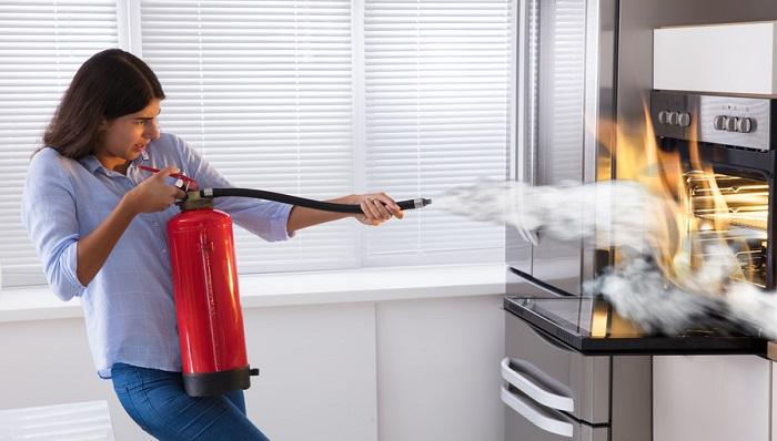 E' utile avere a disposizione un piccolo estintore che permetta di spegnere velocemente i piccoli incendi in casa