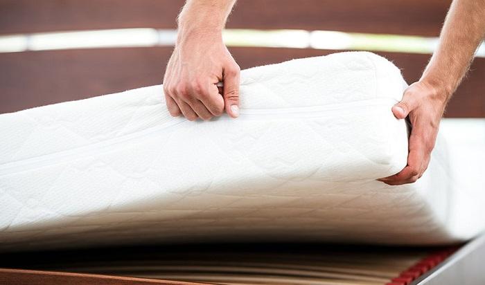 Pulire il materasso a ogni cambio di stagione, ti aiuterà ad evitare l'accumulo di acari