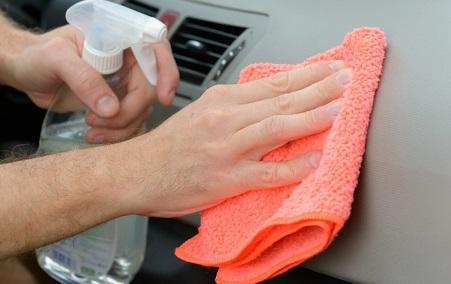 Ricorda di mischiare con cura tutti gli ingredienti in un contenitore spray e agita bene prima di spruzzare la miscela sul panno.