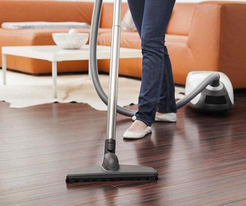 Nella pulizia del parquet, la fase dell'eliminazione della polvere è fondamentale. Ricorda di utilizzare strumenti con setole morbide, al fine di non graffiare il legno.
