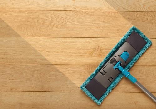 Per ridare brillatezza al pavimento in parquet, utilizza cere e prodotti specifici che oltre a ridare brillantezza, nutriranno il legno.