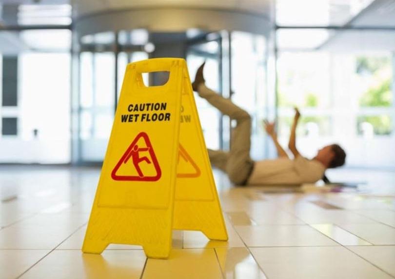 Tra i rischi più presenti per i lavoratori delle imprese di pulizia, abbiamo la caduta dall'alto e dal basso.