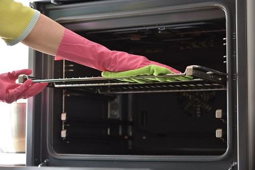 Una pulizia del forno veloce ed efficace è possibile soprattutto se viene eseguita una pulizia di massima regolarmente.