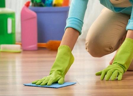 Pulire la vernice fresca dal pavimento sarà più semplice e ti servirà sempre un panno inumidita, a seconda dei casi, con acqua calda o solvente.