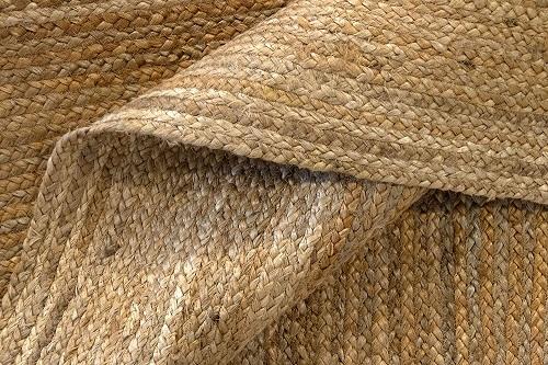 Il trattamento dei tappeti in Iuta, è importante sia delicato e specifico al fine di non danneggiare le fibre naturali.