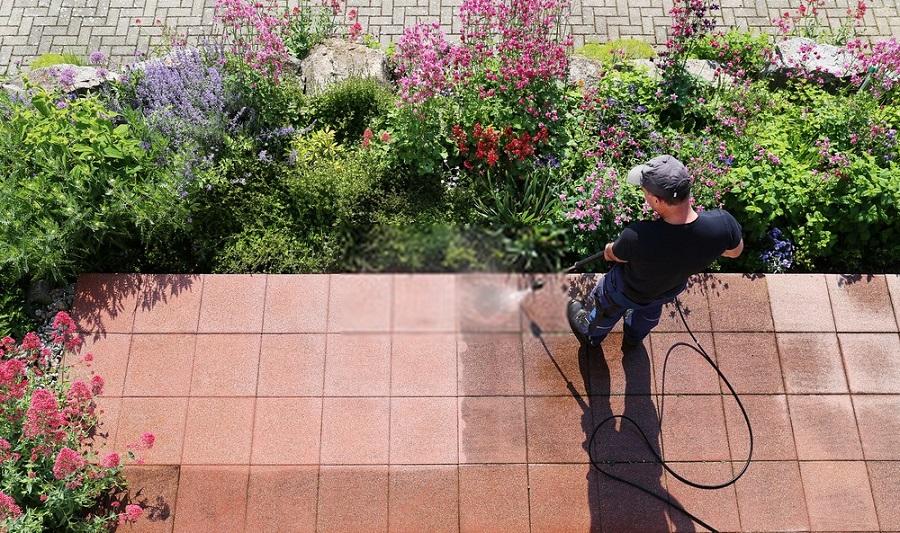 Come pulire il pavimento esterno in modo semplice e veloce
