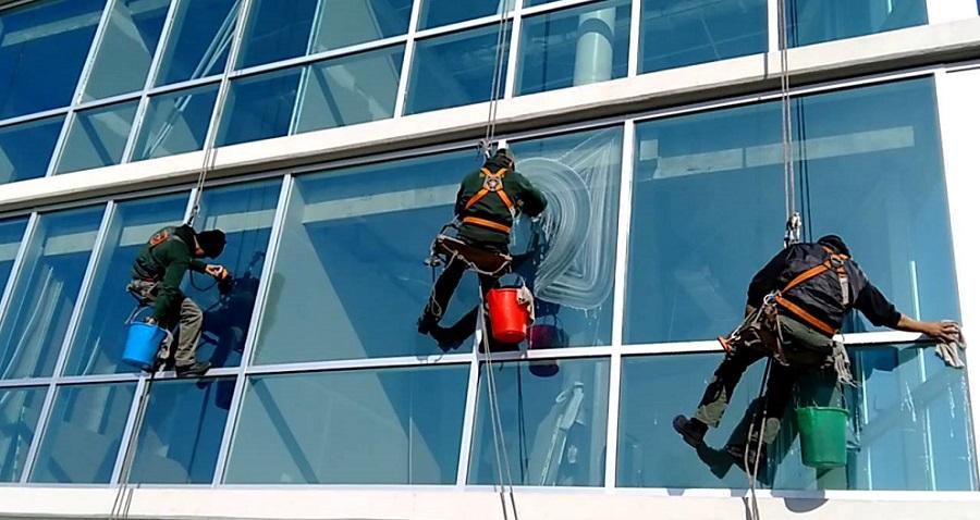 Pulizia vetri e vetrate di uffici e negozi