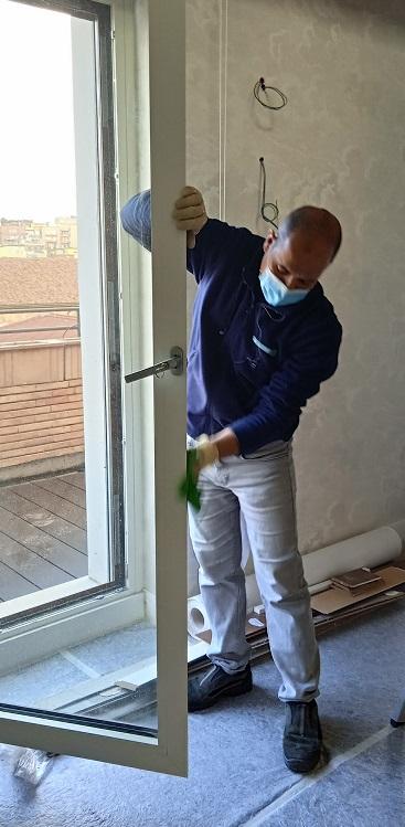 Il lavaggio di vetri, vetrine e porte finestre è solitamente effettuato con prodotti e strumenti differenti.