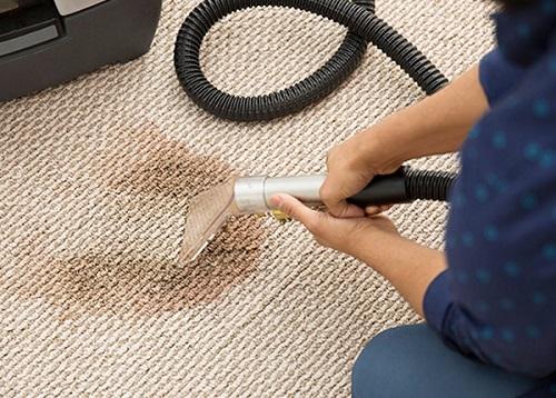 La tecnica di lavaggio più comune per tappeti industriali e moquette di grandi dimensioni, consiste nell'utilizzo di prodotti e macchine ad iniezione ed estrazione che permettono di lavare e asciugare in profondità, impedendo così anche la formazione di muffe.