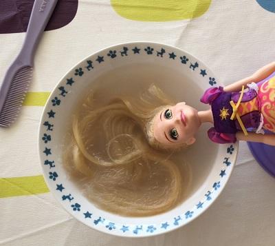 Per avere una bambola pulita e igienizzata, bisogna pensare anche al lavaggio dei capelli.