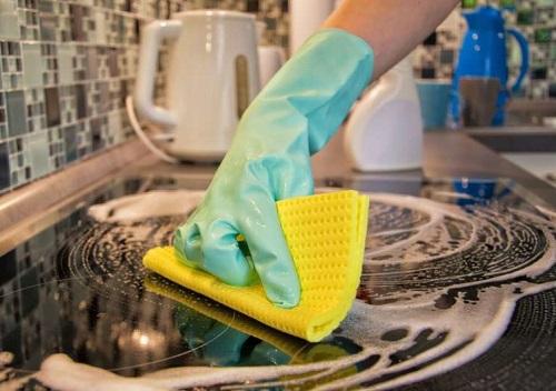 La pulizia del piano cottura con bicarbonato, dona risultati straordinari in termine di pulizia e igienizzazione.