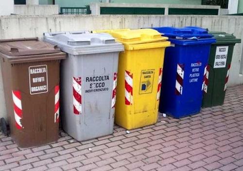 esposizione sacchi raccolta differenziata